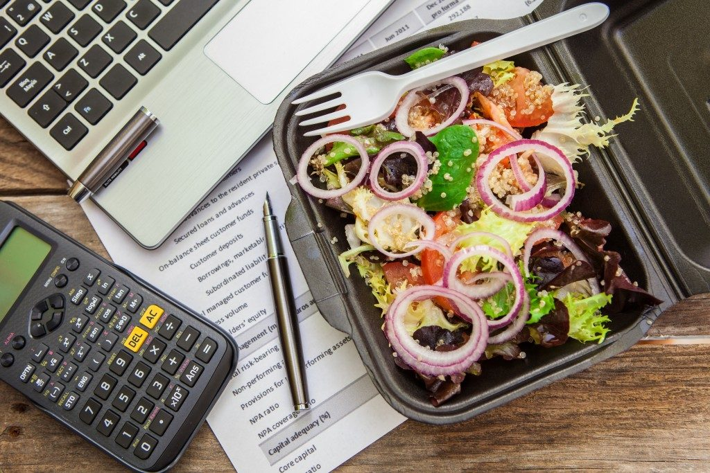 quinoa and mix of lettuce in a lunch box