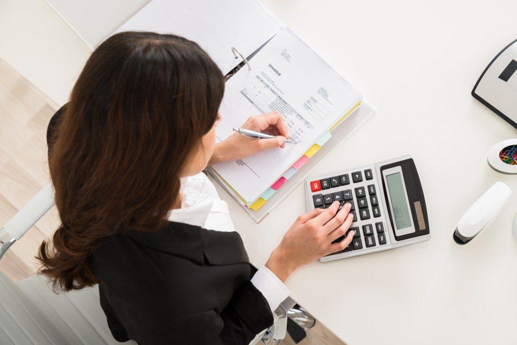girl doing accounting
