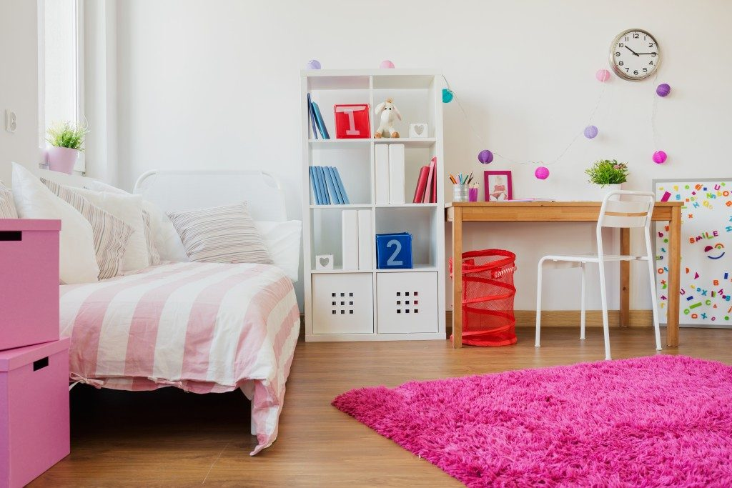 kids befroom with desk and shelves